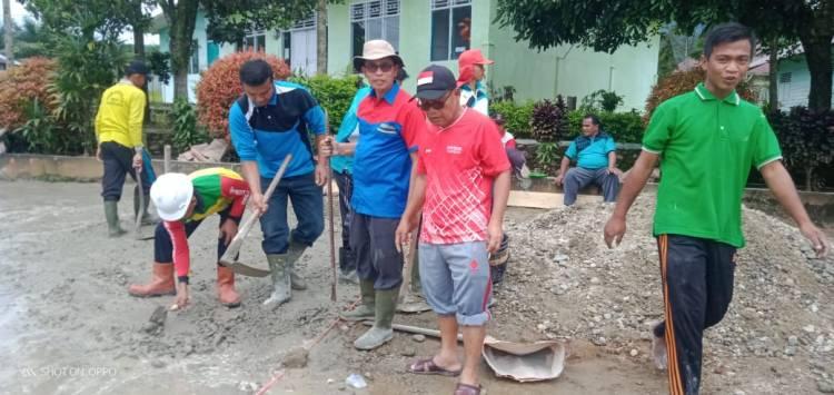 Keluarga Besar Kankemenag Solsel Berjibaku Cor Halaman Kantor