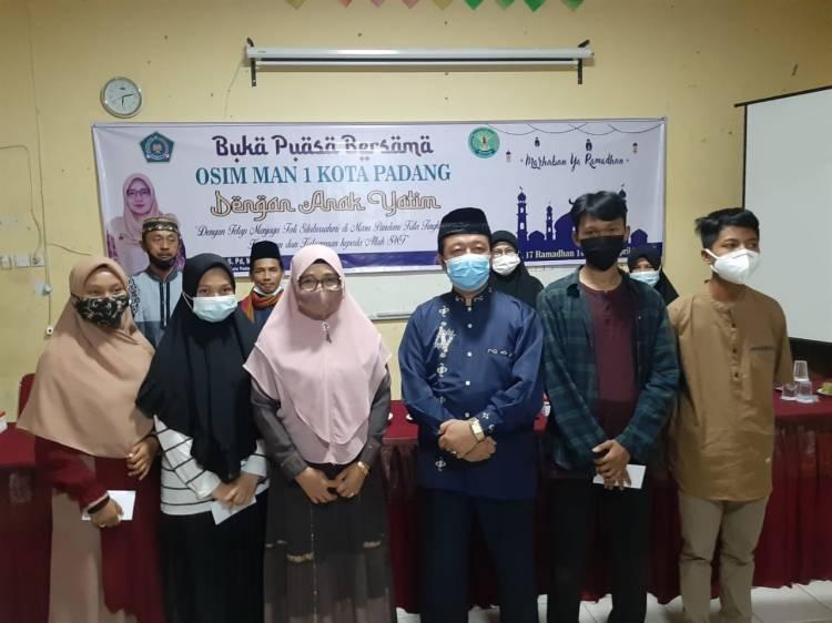 OSIM MAN 1 Kota Padang Berbagi Dengan Anak Yatim Pada Acara Buka Puasa Bersama