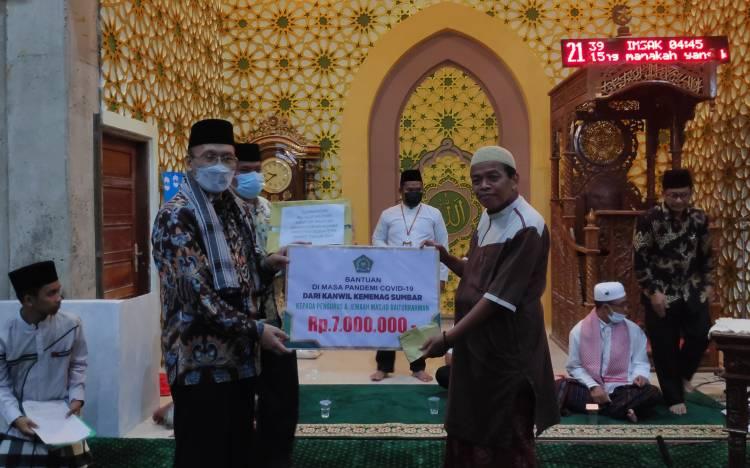 H.Hendri Kakanwil Kemenag Sumbar Serahkan Bantuan Al-Qur'an dan Uang Tunai Saat Safari Ramadhan