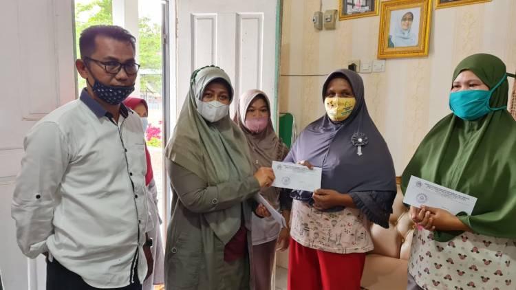 Kepala MTsN 5 Kota Padang Serahkan Bantuan Zakat Dan Infak Untuk Keluarga Tidak Mampu