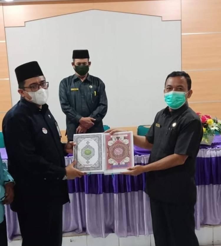 MAN 2 Pesisir Selatan Serahkan Mushaf Al-Qur'an Kepada Ka.Kankemenag Sebagai Hasil Pesantren Ramadhan
