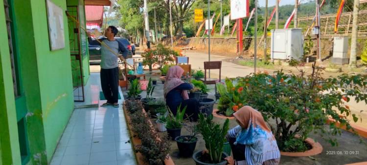 Aksi Bersih Wujud Semangat Gotong Royong KUA Kecamatan Banuhampu dalam Memperingati Tahun Baru Islam 1443 H
